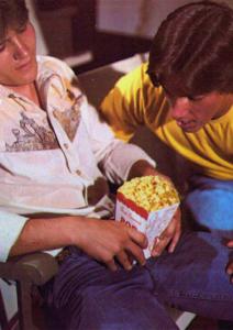 zwei junge Männer mit Popcorn