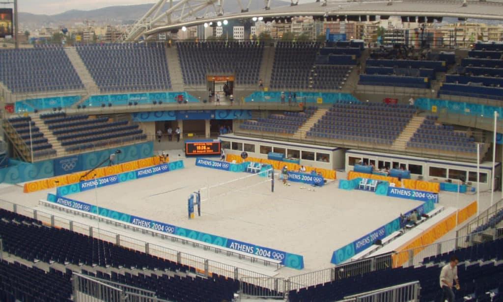 Athens 2004 Beach Volleyball Stadium 1024x615 - Romeo & Julius am Freitag, den 13.08.2021: Hals und Beinbruch beim Beachvolleyball