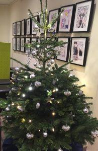 Baum1 195x300 - SCHROTTWICHTELN am Freitag, 16.12.: Die große Romeo-und-Julius-und-Jungschwuppen-Weihnachtsfeier